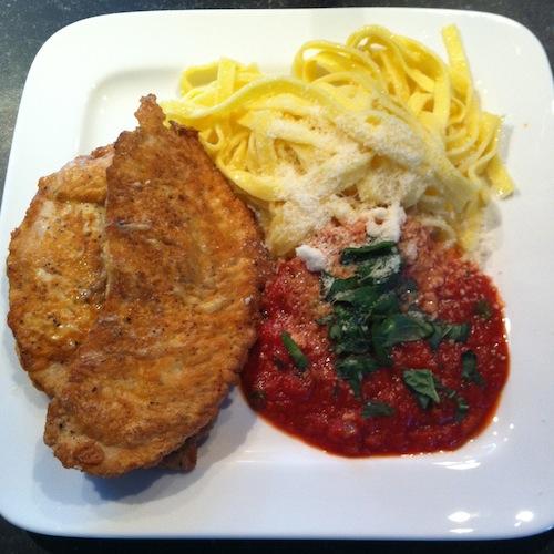 Kalkoen met pasta en tomatensaus